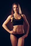 Atrakcyjna młoda kobieta pracująca z dumbbells out - bikini fitne Obrazy Royalty Free