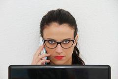 Atrakcyjna młoda kobieta pracuje na jej laptopie w domu Zdjęcie Stock