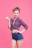 Atrakcyjna młoda kobieta przedstawia słodkiego jedzenie Obraz Stock