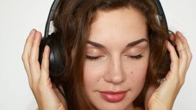 Atrakcyjna młoda kobieta słucha muzyka na odtwarzaczu muzycznym jest ubranym hełmofony zbiory wideo
