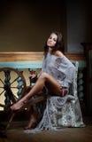 Atrakcyjna młoda kobieta siedzi z kądzielą dla robić przędzy Zdjęcie Stock