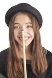 Atrakcyjna młoda kobieta trzyma bilardową wskazówkę Zdjęcia Royalty Free