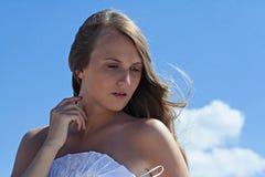 Atrakcyjna młoda kobieta trzyma jej rękę przy szyją Zdjęcie Stock