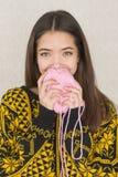Atrakcyjna młoda kobieta trzyma piłkę przędza Fotografia Royalty Free