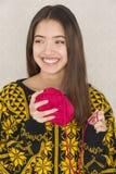 Atrakcyjna młoda kobieta trzyma piłkę przędza Zdjęcia Royalty Free