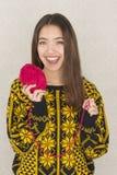 Atrakcyjna młoda kobieta trzyma piłkę przędza Zdjęcie Royalty Free