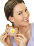 Atrakcyjna młoda kobieta Trzyma plasterek Galowy kulebiak zdjęcia royalty free