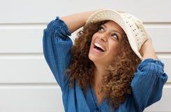 Atrakcyjna młoda kobieta uśmiecha się lato kapelusz i jest ubranym Obraz Royalty Free