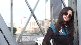 Atrakcyjna młoda kobieta w cudownej sukni chodzi na moscie zdjęcie wideo