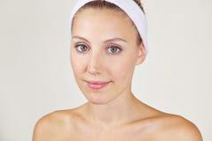 Atrakcyjna młoda kobieta w zdroju Zdjęcie Stock