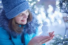 Atrakcyjna młoda kobieta w zimie odziewa model postać od śniegu, być w dobrym nastroju jak chodzi podczas mroźnej zimy pogody, za zdjęcia royalty free