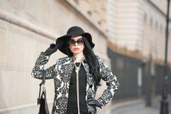 Atrakcyjna młoda kobieta w zimy mody strzale Piękna modna młoda dziewczyna w czarny pozować na alei Elegancka brunetka Zdjęcie Stock