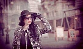 Atrakcyjna młoda kobieta w zimy mody strzale Piękna modna młoda dziewczyna w czarny pozować na alei Elegancka brunetka Obrazy Royalty Free
