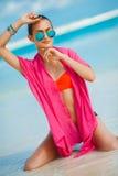 Atrakcyjna młoda kobieta z czerwonym pareo na plaży Fotografia Royalty Free