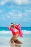 Atrakcyjna młoda kobieta z czerwonym pareo na plaży Zdjęcia Stock