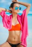 Atrakcyjna młoda kobieta z czerwonym pareo na plaży Obraz Stock