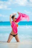 Atrakcyjna młoda kobieta z czerwonym pareo na plaży Obrazy Royalty Free