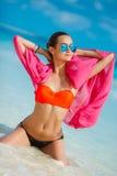 Atrakcyjna młoda kobieta z czerwonym pareo na plaży Zdjęcie Royalty Free