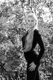 Atrakcyjna młoda kobieta z długi piękny włosiany uśmiecha się pozować outdoors Czarna, biała fotografia, obraz royalty free
