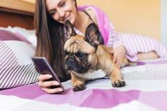 Atrakcyjna młoda kobieta z jej psem fotografia royalty free