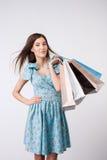 Atrakcyjna młoda kobieta z paczkami kupujący Zdjęcia Stock
