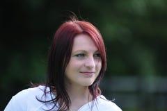 Atrakcyjna młoda kobieta z włosy dmuchającym wiatrem Zdjęcie Stock