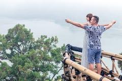 Atrakcyjna młoda kochająca romantyczna para na tropikalnym mgła krajobrazie Bali wyspa, Indonezja zdjęcia stock