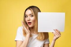 Atrakcyjna młoda piękna Azjatycka studencka kobiety mienia pustego miejsca biała księga fotografia stock