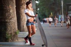 Atrakcyjna młoda przypadkowa kobieta z deskorolka zdjęcie stock