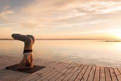 Atrakcyjna młoda sport dama robi joga ćwiczeniom Obraz Stock