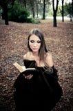 Atrakcyjna młodej kobiety czytania książka Obrazy Royalty Free
