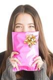 Atrakcyjna młodej kobiety mienia menchii teraźniejszość zdjęcia royalty free