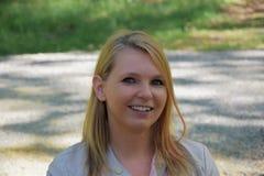 Atrakcyjna młoda blondynka w parku Zdjęcia Stock