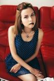 Atrakcyjna młoda dziewczyna pozuje w studiu Fotografia Royalty Free