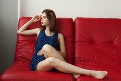 Atrakcyjna młoda dziewczyna pozuje w studiu Zdjęcia Royalty Free