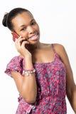 Atrakcyjna młoda kobieta opowiada na telefonie. Fotografia Stock