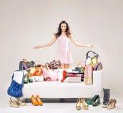 Atrakcyjna młoda kobieta pokazuje ona zakupy Zdjęcia Royalty Free