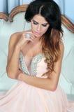 Atrakcyjna młoda kobieta pozuje w menchii sukni. Zdjęcie Royalty Free