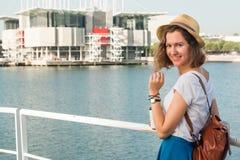 Atrakcyjna młoda kobieta robi fotografii blisko Lisbon oceanarium blisko rzecznego Tagus Zdjęcia Stock