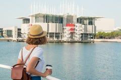Atrakcyjna młoda kobieta robi fotografii blisko Lisbon oceanarium blisko rzecznego Tagus Zdjęcie Royalty Free