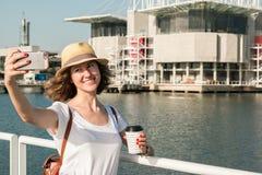 Atrakcyjna młoda kobieta robi fotografii blisko Lisbon oceanarium blisko rzecznego Tagus Zdjęcia Royalty Free