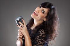 Atrakcyjna młoda kobieta z retro mikrofonem Fotografia Stock