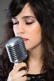Atrakcyjna młoda kobieta z retro mikrofonem Zdjęcia Royalty Free