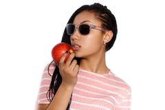 Atrakcyjna młoda oliwkowa dziewczyna pozuje w studiu Fotografia Stock