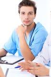 Atrakcyjna męska chirurg lekarka przy medycznym spotkania lub pacjenta egzaminem Fotografia Royalty Free