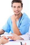Atrakcyjna męska chirurg lekarka przy medycznym spotkania lub pacjenta egzaminem Obrazy Royalty Free