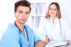 Atrakcyjna męska chirurg lekarka w szpitalu Obraz Stock