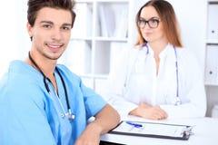 Atrakcyjna męska chirurg lekarka w szpitalu Zdjęcie Stock