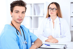 Atrakcyjna męska chirurg lekarka w szpitalu Fotografia Stock