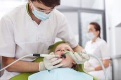 Atrakcyjna męska stomatologiczna lekarka taktuje jego Fotografia Royalty Free